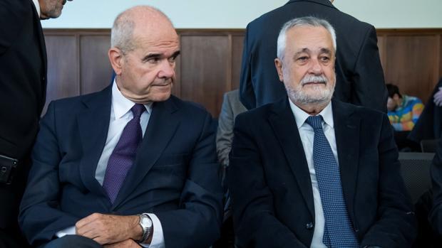 Los expresidentes de la Junta Manuel Chaves (i) y José Antonio Griñán escuchan este martes a los fiscales