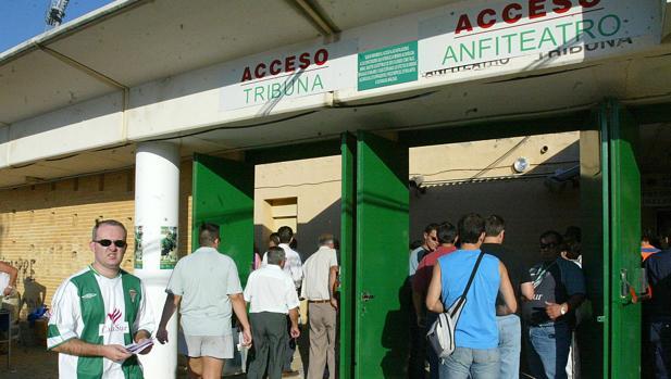 Varios aficionados entran a Tribuna y Anfiteatro en el estadio El Arcángel