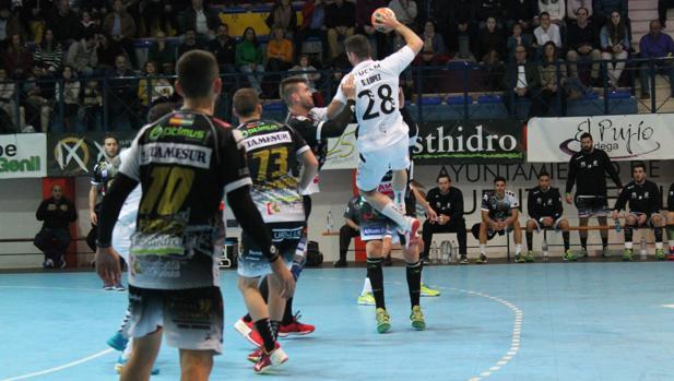 López, lanzando ante la defensa pontana