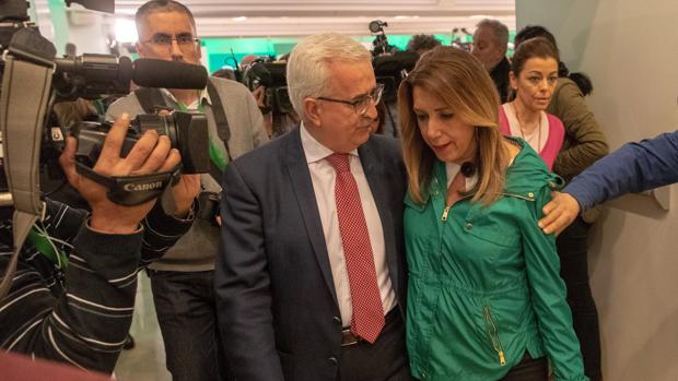 Susana Díaz con el vicepresidente Jiménez Barrios en la noche electoral tras conocerse los resultados