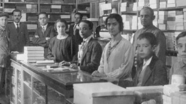 Imagen tomada en la sede de Diego de León y en ella aparecen Rogelio y una jovencísima Pilar Sarasola