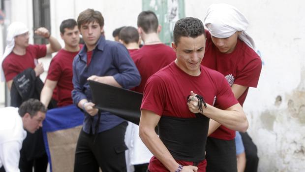 Costaleros del Buen Suceso de Córdoba preparándose para su salida procesional