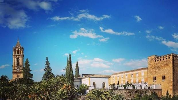 Vista del campanario y la Torre del Homenaje del Castillo de los Condes de Cabra en la plaza Vieja