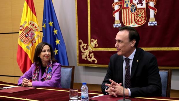 La ministra de Defensa, Margarita Robles, junto al rector de la UCO, José Carlos Gómez Villamandos, este jueves