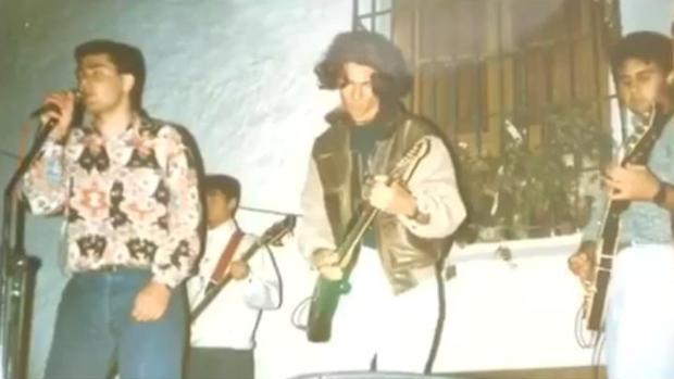Juanma Moreno, a la izquierda, en un concierto con una de sus formaciones musicales