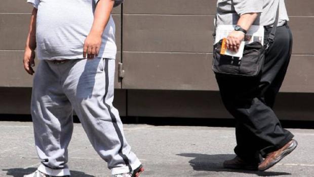 Personas obesas en una foto de archivo