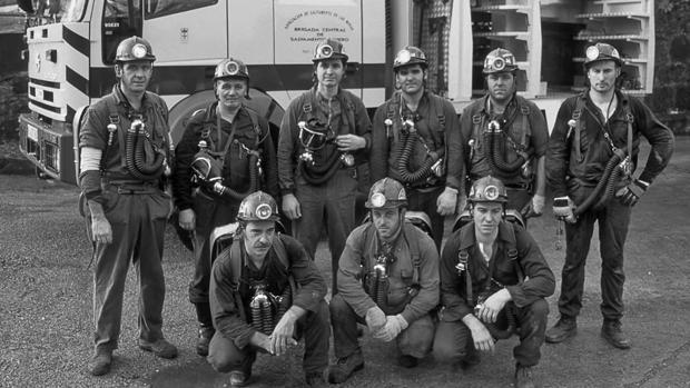 Celso González (arriba, tercero por la izquierda) junto a sus compañeros de brigada