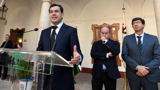 Juanma Moreno, Juan Marín, y el alcalde de Antequera, Manuel Barón, tras celebrar el primer consejo de Gobierno