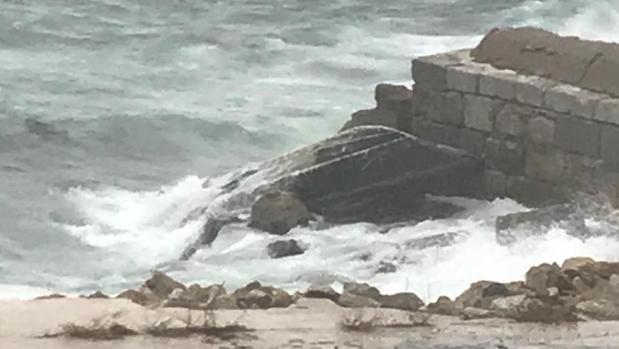 Imagen de la narcolancha que ha volcado y que ha encallado este viernes en Gibraltar