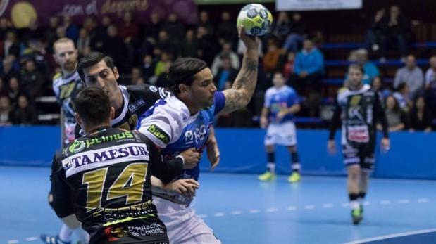 Rudovic intenta parar un ataque del Benidorm