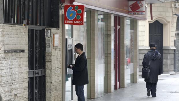 Un hombre realiza gestiones en un cajero automático de la capital