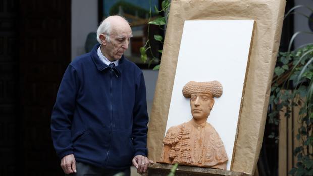 El escultor Andrés Quesada, con la obra
