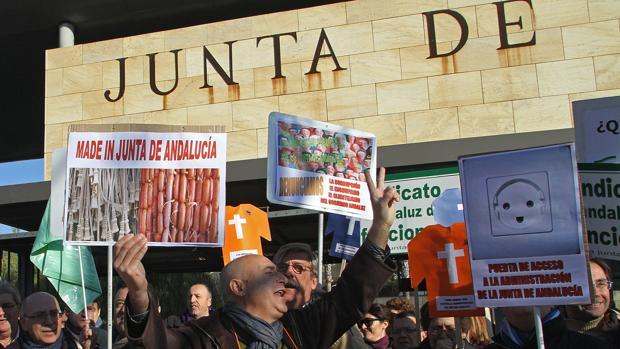 Protesta de funcionarios contra la «ley del enchufismo» de la Junta de Andalucía en 2012