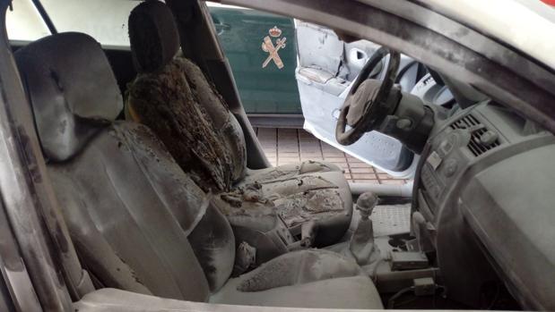 Interior del vehículo de la Guardia Civil calcinado por un cóctel molotov