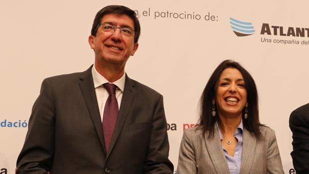 La presidenta del Parlamento andaluz, Marta Bosquet, junto al vicepresidente del gobierno regional, Juan Marín