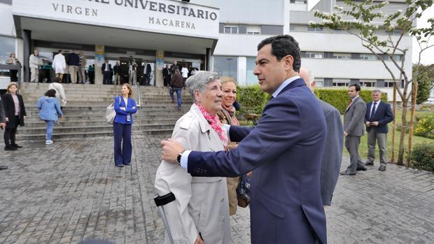 El presidente de la Junta Juanma Moreno durante su visita al Hospital Virgen Macarena de Sevilla
