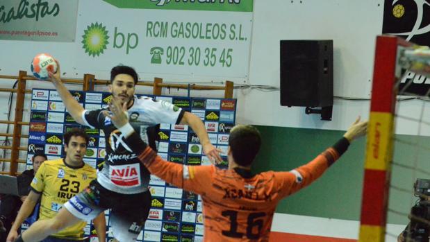 Xavi Tuâ lanza a portería en el partido ante el Bidasoa