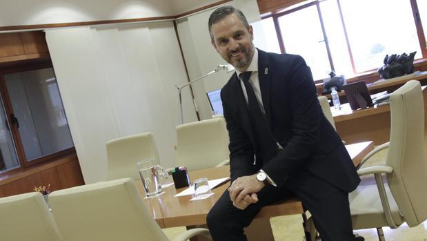 Juan Bravo, consejero de Hacienda en su despacho de la Junta de Andalucía