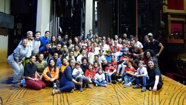 Los niños del hospital de Jaén posan junto a actores del musical El Rey León