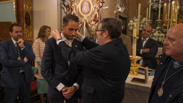 Juan Ignacio Reales, presidente de la Matriz, impone la medalla de Hermano Mayor a José Manuel Medina