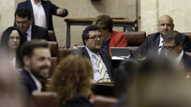 Imagen del juez de familia en excedencia forzosa Francisco Serrano, en el último Pleno del Parlamento