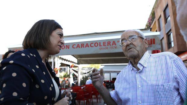 Isabel Ambrosio conversa con un vecino esta mañana en Levante