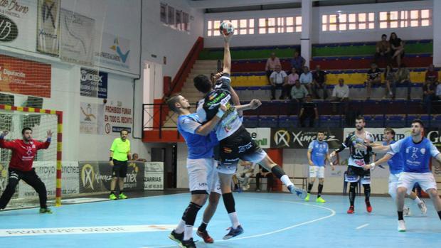 Rudovic, frenado por un jugador del Valladolid