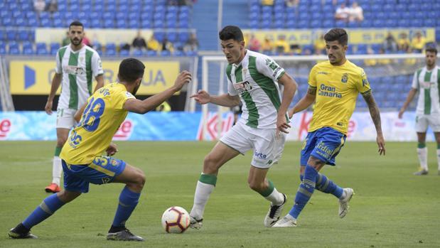 Loureiro regatea en una pugna en el Las Palmas-Córdoba CF
