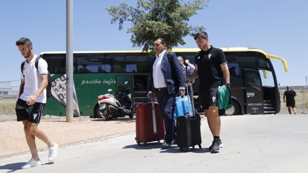 Los jugadores y dirigentes llegan al estadio tras el descenso en Las Palmas