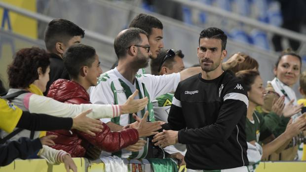 El capitán del Córdoba, Alejandro Alfaro, se despide de la afición tras el descenso en Las Palmas