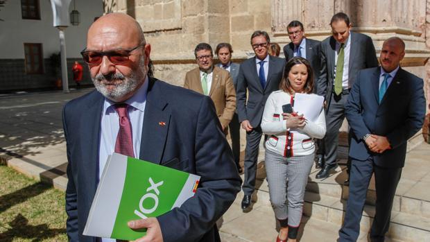 Alejandro Hernández, en primer término, y el resto de Vox Andalucía detrás