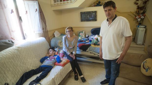 Alejnadro tumbado en sofá donde pasa 14 horas al día
