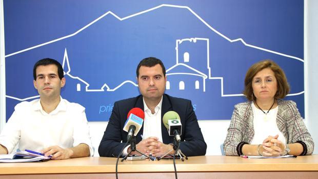 El equipo de gobierno local, con el alcalde en el centro José Manuel Mármol, tras la moción de censura al PP