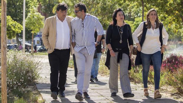 Gabriel Cruz - a la inzquierda de la imagen-candidato a la reelección por el PSOE, junto a miembros de su lista