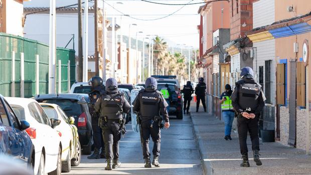 Agentes de la Policía Nacional desplegados en La Atunara durante los registros