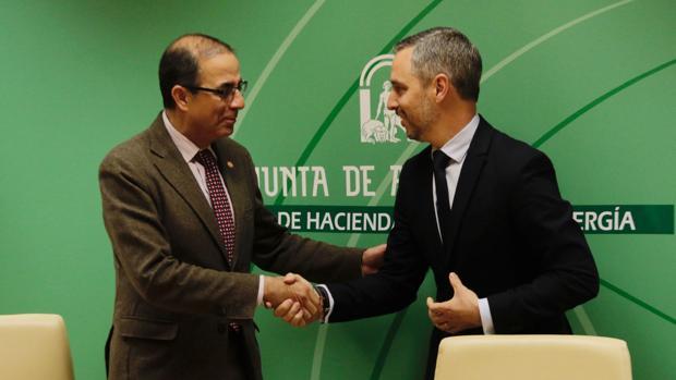 El rector de la Universidad de Sevilla, Miguel Ángel Castro y el consejero de Hacienda, Juan Bravo
