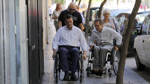 Bellido en silla de ruedas junto a Manuel Castaño en Ciudad Jardín