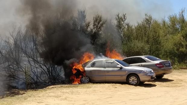 El fuego forestal de Punta Umbría se ha originado a raíz del incendio de un vehículo