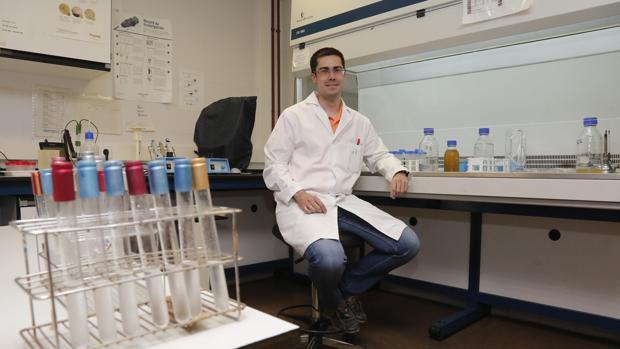 Antonio Valerio en su laboratoio de la Facultad de Veterinaria