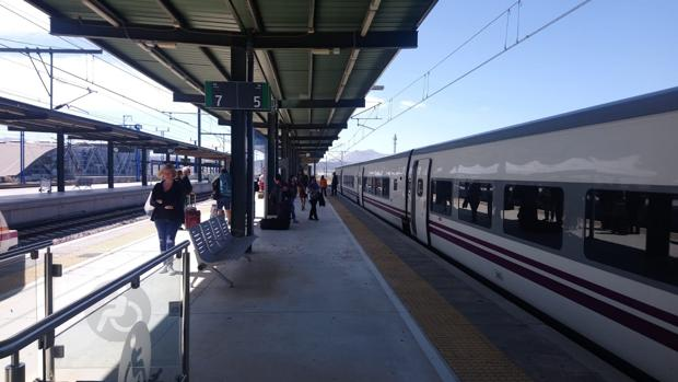 Imagen de archivo del tren Altaria que une Algeciras y Madrid en la estación de Antequera