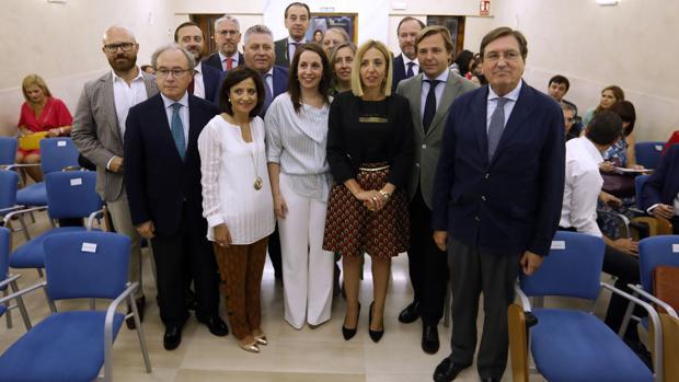 Mesa redonda con representantes de empresas y Caja Rural