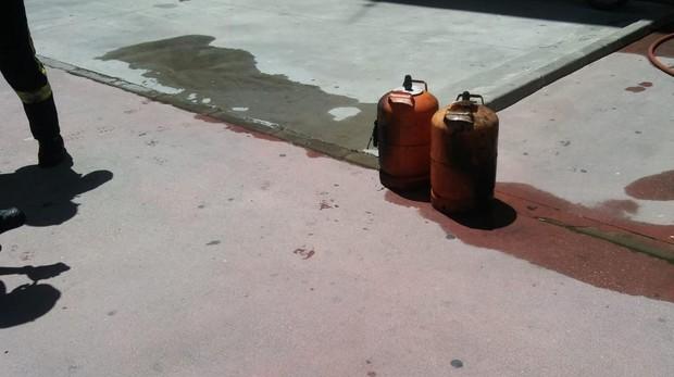 Imagen facilitada por los bomberos de dos bombonas sacadas del trastero incendiado