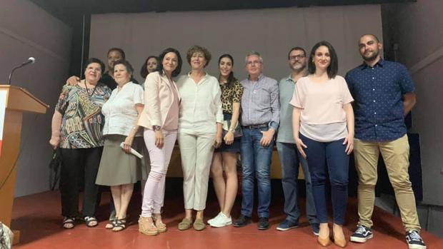 La candidata del PSOE (de blanco, en el centro), Rosario Navajas, posa con Rafi Crespín, secretaria de Organización del PSOE de Córdoba y mililtantes socialistas