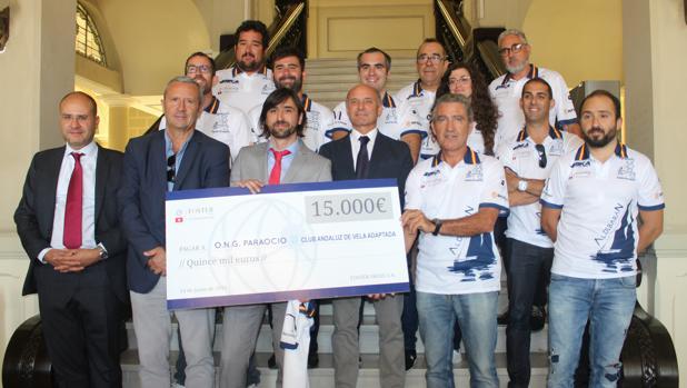 La consultora internacional Foster Swiss entrega el cheque de 15.000 euros al equipo de vela malagueño