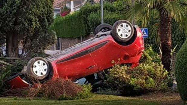 El coche ha volcado en la rotonda de La Arruzafa