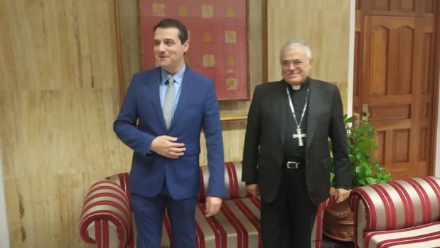 Un momento del encuentro hoy entre el alcalde de Córdoba y el obispo