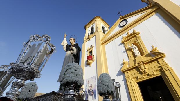 San Vicente Ferrer a las puertas de su templo