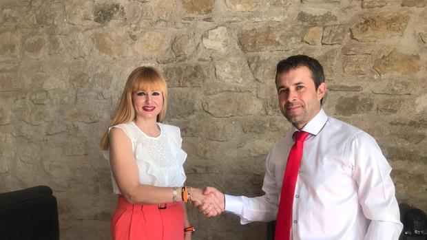 María Cantos y Julio Millán, tras la firma del pacto