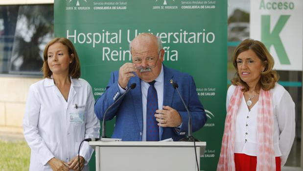 Aguirre, entre la directora del Reina Sofía y la delegada de Salud, en una reciente visita a Córdoba