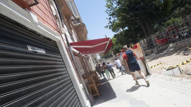 Los comercios tienen echada la persiana ante la falta de beneficios en la zona por las obras